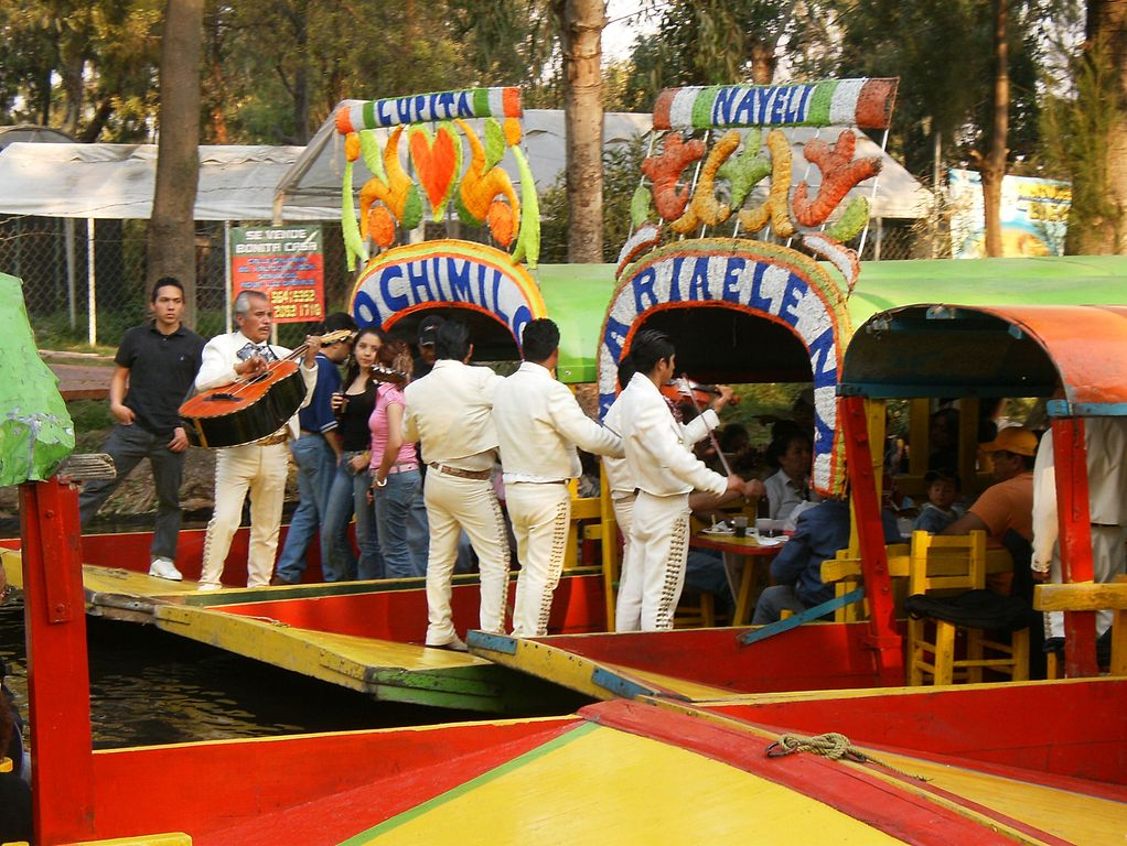 xochimilco-trajinera-mariachis
